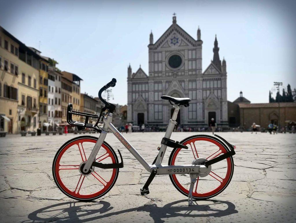 Mobike biciletta in Piazza Santa Croce a Firenze