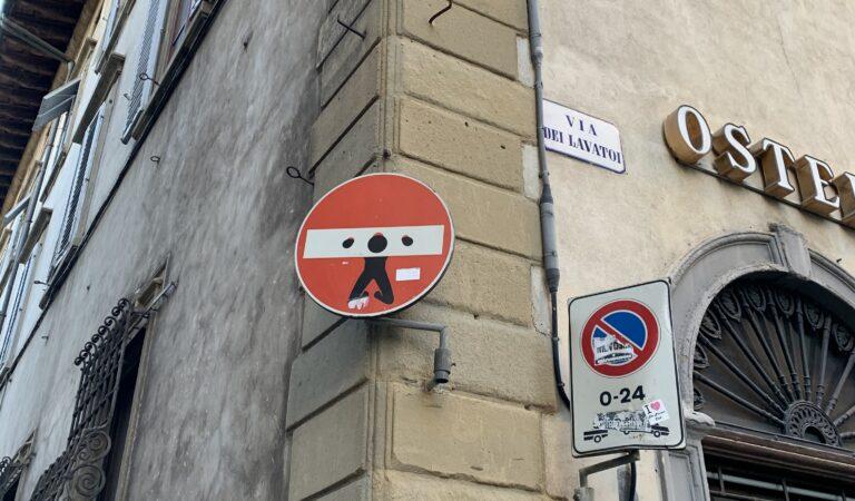 Clet: il volto che si cela dietro a quei cartelli rivisitati